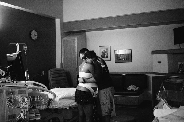 10 Heart Touching Pictures of Fathers Helping Their Partners during Childbirth